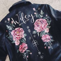 This hand painted leather jacket by is pretty killer, right? Perfect for your getaway exit on a bike. Legging Outfits, Leather Leggings Outfit, Leder Outfits, Tumblr Shirt, Painted Leather Jacket, Embroidered Leather Jacket, Look Star, Wedding Jacket, Painting Leather