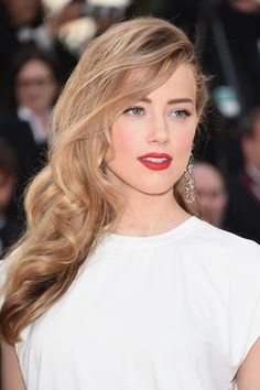 Amber Heard paired flawless, rosy skin with a true red lip Make Up Looks, Makeup Geek Eyeshadow, Drugstore Makeup, Highlighter Makeup, Contour Makeup, Makeup Remover, Chloë Grace Moretz, Beauty Hacks For Teens, Corte Y Color