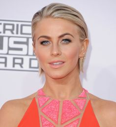 For her night out at the AMAs, Julianne Hough slicked back her short crop and played up her bronzed skin tone.