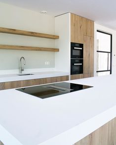 Beautiful minimal kitchen in wood and white with open shelving and huge island Minimal Kitchen Design, Kitchen Design Open, Best Kitchen Designs, Minimalist Kitchen, Kitchen Interior, New Kitchen, Miele Kitchen, Kitchen Ideas, Kitchen Decor