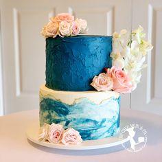 Blue marble wedding cake adorned with flowers. #weddingcake #cake #thecakemomco #cakedesign #marble