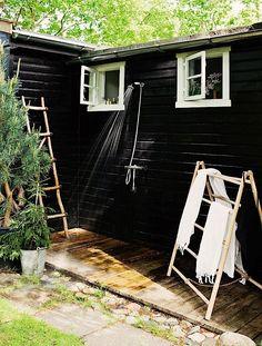 Nicht jeder wäre auf die Idee gekommen, sein gemütliches Ferienhäuschen bis auf die Fensterrahmen komplett schwarz anzustreichen. Im Ort Rågeleje in Dänemark hat es jemand gewagt und mit faszinierendem Ergebnis. Von außen wirkt das Haus interessant und der