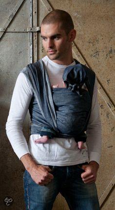 DENIM Draagdoek - voor stoere papa's! #Daddy Dark Jeans, Dark Denim, Denim Jeans, Baby Equipment, Baby Sling, Colored Denim, Denim Colour, Woven Wrap, Baby Wraps