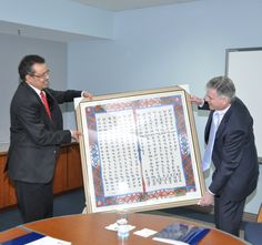 Dr. Tedros presents a gift to Deputy Director Marc Ostfield at the State Department's Foreign Service Institute