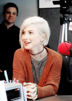 wayley williams sporting short platinum blond hair, with side parting, short bob haircuts, dark orange cable knit cardigan, and stripy top Hayley Williams Short Hair, Hayley Williams Haircut, Bobs Rubios, Platinum Blonde Bobs, Platinum Bob, Short Blonde Bobs, Short Hair Cuts, Short Hair Styles, Blunt Bob Hairstyles