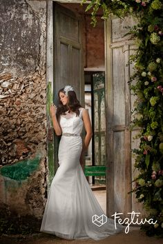 Edición 34  Revista Feztiva Winter Glow Fotografía: Ricardo López Maquillaje y peinado: Salón Ale Herrera Locación: Hacienda Yaxcopoil Vestido: Sposa Europa  Accesorios: Esther Omaña Modelo: Annelore Rowold  #Birde #BrideToBe #Novia #Hair #HairStyle #Feztiva    #Bodas #WeddingAccesories #Weddings #Yucatán #México #DressCode #Fashion  #FashionStyle #Magazine #Revista #BrideFashion #Feztiva  #FeztivaRevista