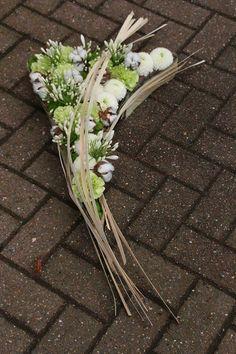 Artist: Joelle Ghion Funeral Flowers, Wedding Flowers, Bussines Ideas, Memorial Flowers, Funeral Memorial, Bunch Of Flowers, Flower Designs, Flower Art, Floral Arrangements