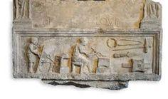 Parte di una stele funeraria in calcare d'Aurisina con un fabbro e il suo aiutante al lavoro; l'officina produceva martelli, pinze, punte di lancia e serrature - età augustea - Museo Arch.Naz. Aquileia