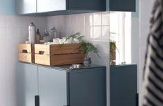 Vil du gerne ha' mere plads i et lille badeværelse? Et tip er at lave mellemrum mellem vægskabene og bruge det som hylde.