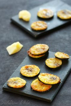 Zucchini (courgette) chips with parmesan Parmesan Zucchini Chips, Healthy Zucchini, Healthy Food, Tapas, Fingers Food, Vegetarian Recipes, Cooking Recipes, Salty Foods, Antipasto