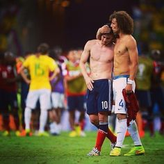 Immagini bellissime ieri sera al termine di #Brasile-#Colombia, con #DavidLuiz che prova a consolare un James #Rodriguez deluso a fine partita. Great image of last night's game between #Brazil and #Colombia: David #Luiz tried to cheer up his fellow footballer and rival James Rodriguez, who teared up after the loss.