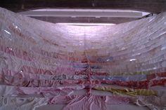 Kaarina Kaikkonen  instalación textil camisas