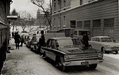 Partioautoja jonossa Merimiehenkadulla, Liikkuvan poliisin silloisen päämajan edessä. Etualalla 1965 Plymouth Belvedere, perässään lisää Mopar-kalustoa.