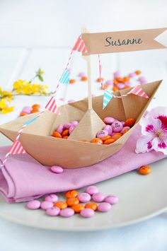 Hochzeitsdeko basteln mit Schokolinsen Wedding decoration tinker with chocolate beans Party Fiesta, Festa Party, Diy Party, Origami Boot, Chocolate Diy, Diy Wedding Gifts, Nautical Party, Baby Birthday, Kids And Parenting