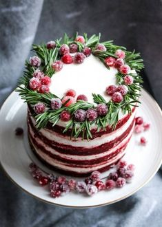 Christmas red velvet cake decorated with sugared cranberries and rosemary leaves. Christmas red velvet cake decorated with sugared cranberries and rosemary leaves — Stock Image Christmas Cake Decorations, Holiday Cakes, Christmas Desserts, Christmas Baking, Christmas Treats, Food Cakes, Cupcake Cakes, Cupcakes, Cranberry Cake