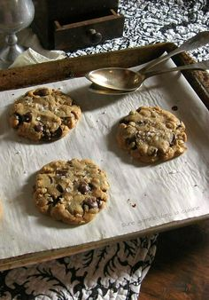 Browned Butter Peanut Butter Oatmeal Chocolate Chip Cookies via Une Gamine dans la Cuisine #recipe