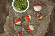 Jordbær med hvid chokolade og pistacie