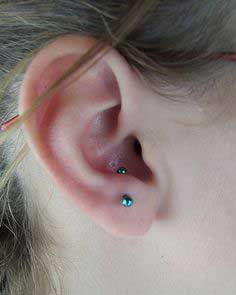 What's an anti tragus piercing? The anti tragus is a piercing finished within the cartilage space to be extra particular within the outer cartilage space. Tragus Piercings, Ear Piercings Chart, Different Ear Piercings, Cool Ear Piercings, Types Of Ear Piercings, Lobe Piercing, Piercing Tattoo, Piercing Chart, Ear Peircings