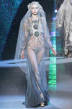 John Galliano Fall 2009 Ready-to-Wear Fashion Show - Tanya Dziahileva Couture Fashion, Fashion Art, Runway Fashion, High Fashion, Fashion Show, Womens Fashion, Fashion Design, Paris Fashion, John Galliano