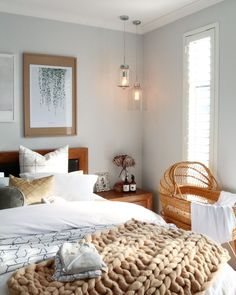 Natural raw materials and woven fabrics add a sense of lightness to the room. The exposed hanging glass lighting helps give the room a warm glow. Master Bedroom, Bedroom Decor, Bedroom Ideas, Deco Zen, Cot Sheets, Good Sleep, Beautiful Bedrooms, Decoration, Home Interior Design