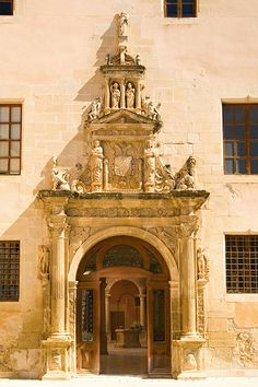 Porta d'accés Reials Col·legis. Tortosa. Fundats per Carles V per a l'educació dels moriscos, constitueixen un dels millors conjunts renaixentistes d'arquitectura civil de Catalunya...
