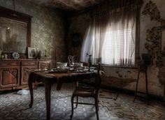 Stunning Pics Of An Abandoned Farmhouse Where The Bed Is Still Made