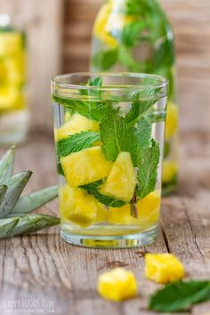 Mint and Pineapple Infused Water helps your body get rid of toxins and keeps your body hydrated throughout the day. This easy drink is also perfect for outdoor entertaining. This lightly pineapple infused water is easy to make so everyone can do it! Detox Drinks, Healthy Drinks, Healthy Recipes, Healthy Water, Healthy Detox, Avocado Recipes, Pinterest Foto, Cucumber Detox Water, Bebidas Detox