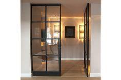 Dit is een deur met glas erin. Het is mooi omdat het de kamer waarin je zit verbind met de kamer ernaast. Het geeft ook een rustgevende sfeer
