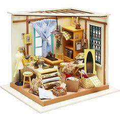 DIY minihuone ompelimo. Materiaalipakkaus (puuta, kangasta, paperia, muovia ja metallia) minihuoneen kokoamiseen ja sisustamiseen. Kaikki tuotteet ovat hyvälaatuisia ja hienosti detaljoituja