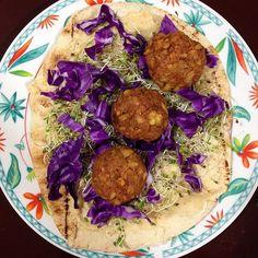 Não sabe o que é Faláfel?  É um bolinho originário do Oriente Médio. Pode ser consumido frito ou assado e sua massa leva grão-de-bico (como base) misturado com condimentos que variam entre cominho coentro salsa etc.  Uma opção de consumo é fazer um delicioso sanduíche com pão pita|árabe salada de repolhos brotos germinados e húmus.   Dica da Vegetariana: cuidado que o Faláfel é altamente viciante! Mas fique tranquilo! É um vício saudável gostoso e cruelty free!  #vegetariana #veggiepaty…