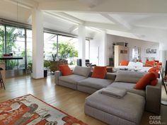 Il soggiorno aperto comprende anche la parte pranzo e prosegue verso ìla cucina, che occupa invece un locale indipendente. #soggiorno #living