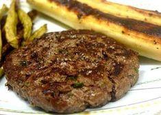 Para quem ainda não tem uma receita própria de hambúrguer caseiro, esta versão é fácil de fazer e ele é moldado na mão mesmo! Confira aqui como fazer.
