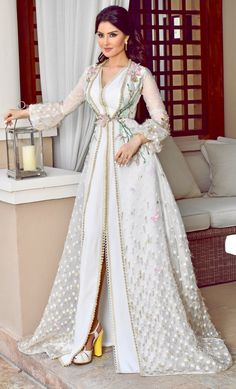 Caftan 2018 - Luxury and Glamorous Moroccan Dresses - Reveal your elegance and your originality with this new luxurious range of Moroccan haute couture dresses original of magnifi . Kaftan Moroccan, Morrocan Dress, Arab Fashion, Muslim Fashion, 90s Fashion, Spring Fashion, High Fashion, Arabic Dress, Caftan Dress