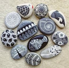 Obsessed with painted rocks Pebble Painting, Pebble Art, Stone Painting, Stone Crafts, Rock Crafts, Arts And Crafts, Rock Painting Ideas Easy, Rock Painting Designs, Art Pierre