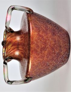 Henkelvase  Farbloses Glas mit dichter Kröselaufschmelzung in Rubinrosa und Silbergelb. Zwischen den Schichten Metallpulver. Drei Henkelappliken in Farblos. Matt irisiert. An einem Henkelansatz Sprung. H. 17 cm Bohemia Glass, Vase, Poet, Silver, Vases, Jars