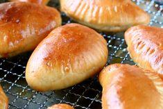 Kotitekoiset lihapiirakat ovat herkullisia Baking Recipes, Hamburger, Biscuits, Lunch Box, Food And Drink, Bread, Lunchbox Ideas, Kochen, Cooking Recipes