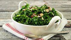 Grønnkål er en typisk sesongvare, bare tilgjengelig noen korte uker om høsten. Da gjelder det å slå til og sikre seg så mye man kan av denne krøllete supermaten som formelig strutter av vitaminer og mineraler. Grønnkål tåler atskillig røffere behandling enn for eksempel spinat, og smaker knallgodt til alle typer stekt kjøtt og fisk.