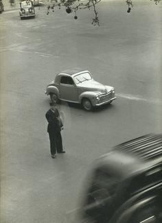 """""""Circulez...!"""", place de la Madeleine, 1951. Une photo de Robert Doisneau."""