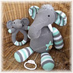 Mama olifant Mumba met muziekdoosje en baby olifantje Jumbo is een rammelaar Elephant Mumba & baby rattle Jumbo! Amigurumi