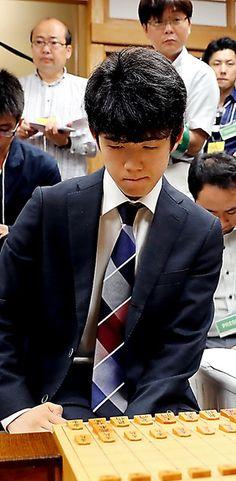 将棋界で前人未到の29連勝を打ち立てた中学生棋士の藤井聡太四段(14)が2日、ついに公式戦初黒星を喫した。年内のタイトル戦出場はなくなったが、棋王戦、王将戦は勝ち進んでおり、年度内のタイトル戦挑戦と…