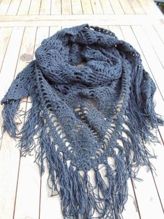 Pattern # to # a # Free # Dutch # Wrap Around # in # der Ananas-Stich. Crochet Shawls And Wraps, Knitted Shawls, Crochet Scarves, Crochet Clothes, Crochet Hats, Diy Crochet And Knitting, Crochet Wool, Love Crochet, Beautiful Crochet