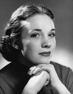 Julie Andrews - One of my all time favourite actors Julie Andrews Young, Julie Andrews Children, Old Hollywood Glamour, Vintage Hollywood, Classic Hollywood, Hollywood Stars, Charlize Theron, Classic Movies, Famous Faces