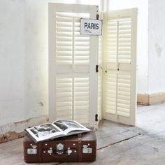 Dieser Paravent aus weiß lackierter Birke ist ein echtes Multitalent! Seine Lamellentüren trennen Wohnbereiche optisch voneinander ab, schützen vor Blicken oder Licht oder geben dem Raum einfach ein gewisses Retro-Flair.