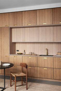 De varme trækøkkener bliver mere og mere populære, og vi forstår godt hvorfor, når vi ser trækøkkenet her! Køkkenet er faktisk fra IKEA, men er hacket med snedkerlavede træfronter fra &Shufl  ▪️ Vil du læse mere om de største køkkentendenser lige nu? Så find artiklen via linket. #ikeahack #trækøkken #snedkerkøkken #køkken #andshufl Pantry Design, Cabinet Design, Kitchen Maker, Wooden Kitchen Cabinets, Nordic Kitchen, New Kitchen Designs, Kitchen Ideas, Mid Century House, Ikea Hacks