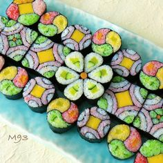 Sushi looks like a mosaic Sushi Co, My Sushi, Sushi Night, Sushi Party, Unicorn Foods, Chocolate Sculptures, Taiwan Food, Bento Recipes, Exotic Food