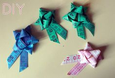 How to make a gift bow or brooch from measuring tape. Instructions in German. Maßbandbrosche | tagtraeumerin.