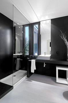 Une salle de bains noire et blanche..  #noir #blanc #déco #sdb #design  http://www.m-habitat.fr/tendances-et-couleurs/couleurs-deco/la-tendance-noir-et-blanc-en-deco-3827_A