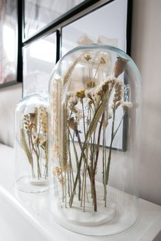 DIY dry flowers under post Dried Flower Arrangements, Dried Flowers, Room Inspiration, Interior Inspiration, Do It Yourself Quotes, Home Design, Diy Resin Crafts, Glass Domes, Plant Decor