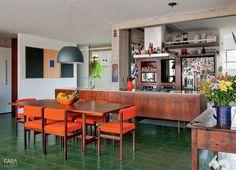 Na área da cozinha, estar e jantar, o piso de ladrilho verde (Dalle Piagge) surge de forma discreta, destacando os objetos da decoração.