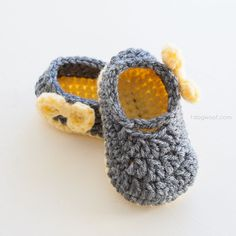 Free crochet pattern for adorable Piper Jane baby shoes in two sizes, with darling bows to boot!